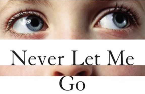 Never Let Me Go est un roman de science-fiction dystopique écrit par Kazuo Ishiguro et qui ne peut pas laisser indifférent